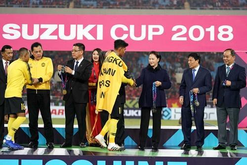 ĐT Malaysia ngậm ngùi nhận huy chương bạc sau thất bại trước ĐT Việt Nam trong trận chung kết AFF Cup 2018. Ảnh: Thanh Niên