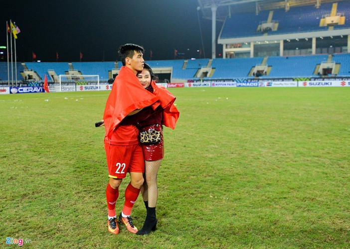 Sau khi nhận huy chương vàng AFF Cup 2018, Tiến Linh đã dành tặng nó cho bạn gái Ngọc Quyên và hai người đã trao cho nhau những cái ôm cực ấm áp.