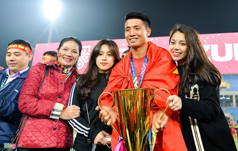 Bùi Tiến Dũng chụp ảnh cùng bạn gái và gia đình. Em gái nuôi trung vệ đội tuyển Việt Nam, Phương Anh cũng là