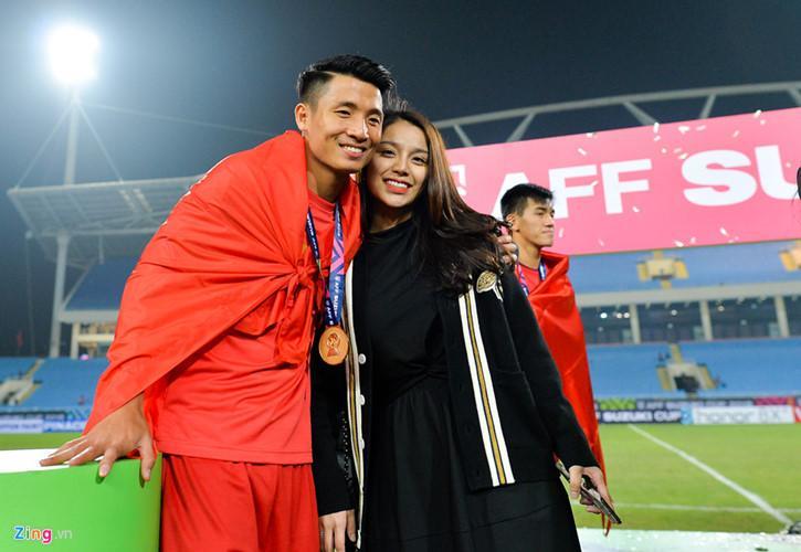 Bùi Tiến Dũng nắm tay, khoác vai bạn gái Khánh Linh. Hẹn hò đã lâu nhưng phải đến sinh nhật mình (2/10), anh mới chính thức xác nhận.