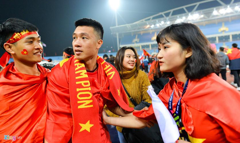Thùy Dương, bạn gái Huy Hùng nắm chặt tay cầu thủ này khi người hâm mộ liên tục đến xin chụp ảnh chung.