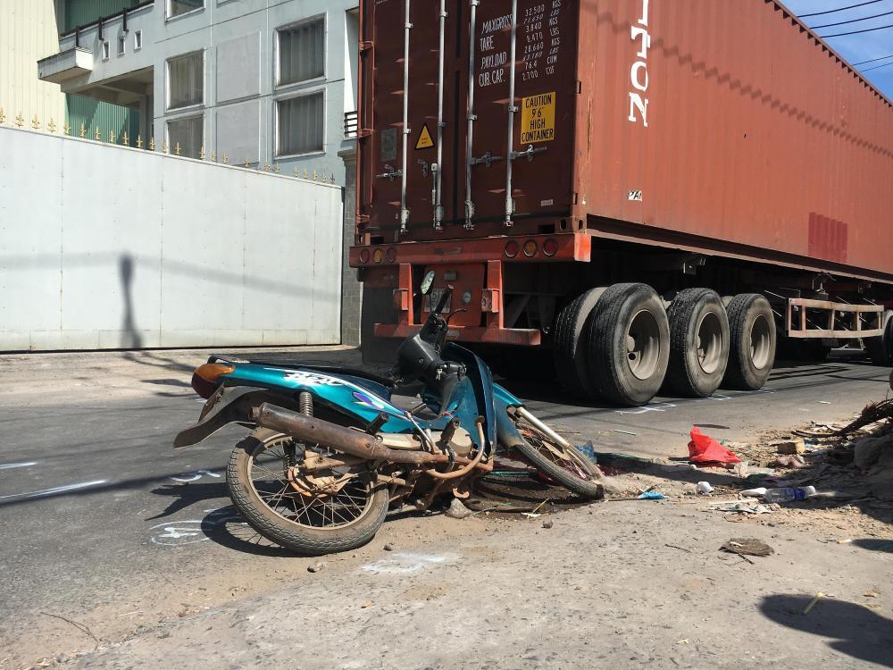 Chiếc xe máy của nạn nhân cũng bị hư hỏng nặng.