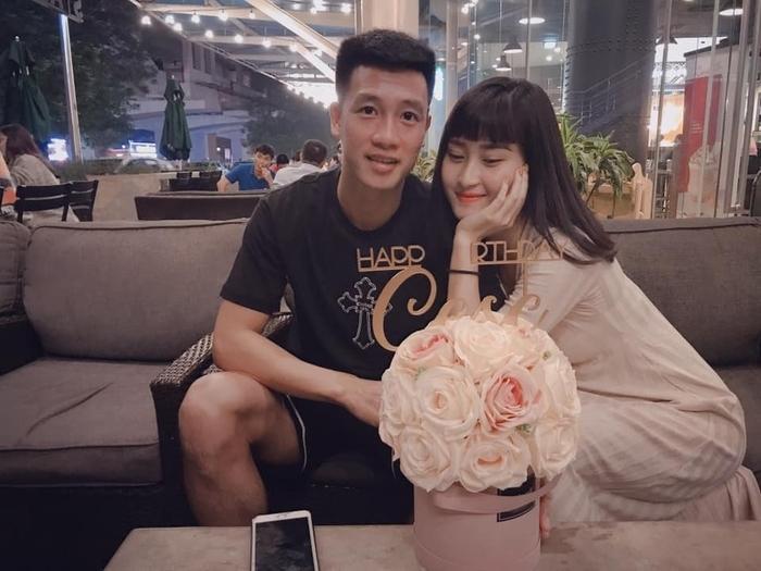 Tiền vệ Huy Hùng và bạn gái 3 năm - Nguyễn Thùy Dương ở góc chụp này có nhiều nét giống nhau đến ngỡ ngàng. Ảnh: FBNV