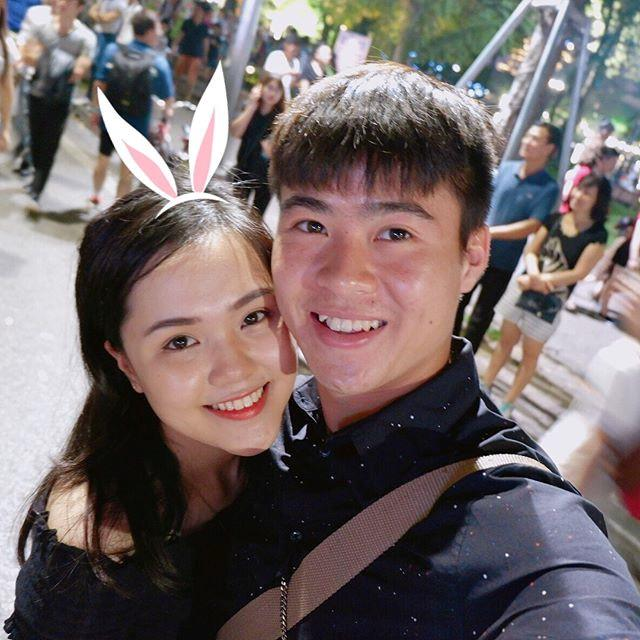 Cặp đôi này đã hẹn hò hơn 2 năm. Duy Mạnh nổi tiếng là bạn trai lý tưởng khi vô cùng yêu chiều bạn gái, sẵn sàng làm mẫu nam quảng cáo trang phục thay cho cửa hàng của Quỳnh Anh. Ảnh: FBNV
