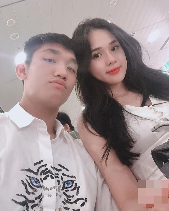 Hậu vệ điển trai Trọng Đại và bạn gái Huyền Trang cũng được khen là xứng đôi khi đứng cạnh nhau. Cả hai đều sở hữu ngoại hình thu hút người đối diện. Ảnh: FBNV