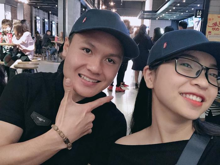 Quang Hải - Nhật Lê được nhận xét rất xứng lứa vừa đôi dù bạn gái kém anh 2 tuổi. Ảnh: FBNV