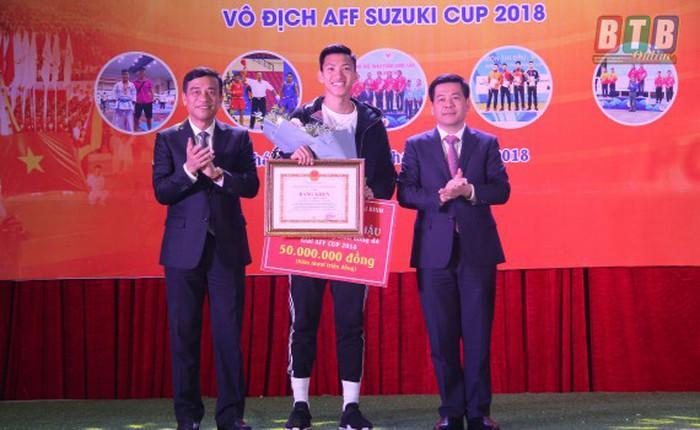 Tỉnh ủy, UBND tỉnh Thái Bình tặng thưởng cầu thủ Đoàn Văn Hậu. Ảnh: Thế Duyệt/TTXVN