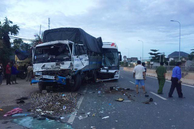 Vụ đâm xe liên hoàn trên QL1 đoạn Phan Rang - Phan Thiết (Bình Thuận) làm 2 người chết, 7 người bị thương.