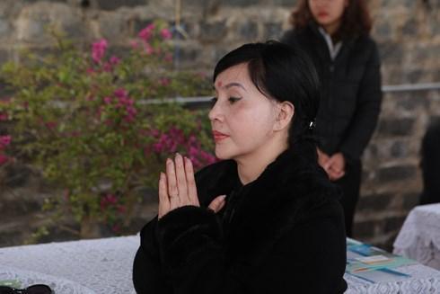 Vợ chồng nghệ sĩ Lan Hương và đạo diễn Tất Bình cũng có mặt tiễn đưa cố NSND Anh Tú về với đất mẹ.