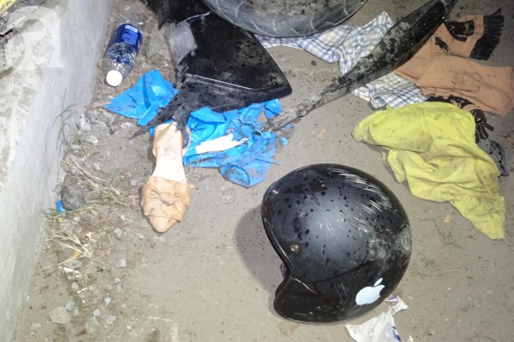 Những bộ quần áo, mũ, giày của nạn nhân vẫn còn lại trên đường.
