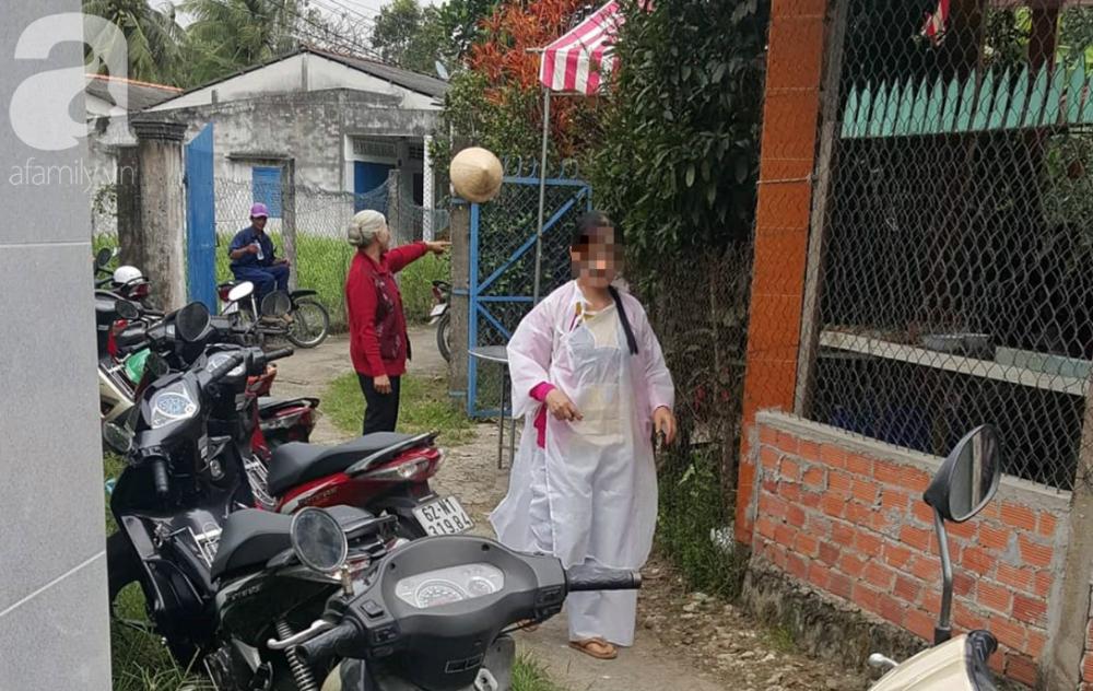 Một người thân của bà Phượng bần thần lo tổ chức ma chay.