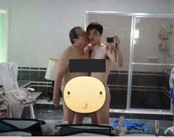Trong hình ảnh này, thanh niên điển trai và ông cụ không mảnh vải thản nhiên ôm ấp khiến nhiều người nghĩ rằng họ là một cặp tình nhân.