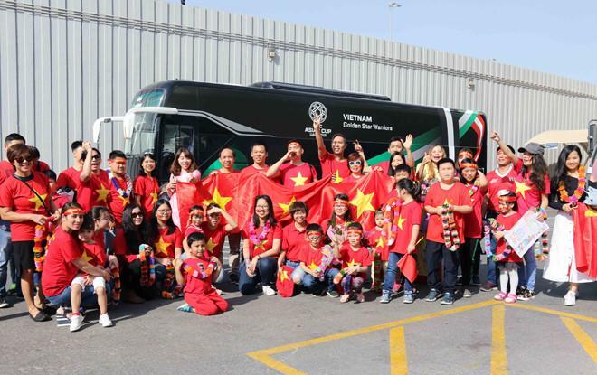Đông đảo CĐV Việt Nam thích thú chụp hình bên cạnh xe buýt được thiết kế riêng cho đội tuyển Việt Nam di chuyển trong quá trình tham dự Asian Cup 2019.