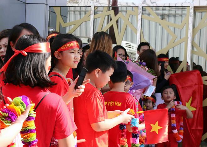 Rất đông kiều bào Việt Nam, người lớn và trẻ em xếp hàng chờ đón đội tuyển tại sân bay quốc tế Abu Dhabi. Cũng có mặt để đón đoàn là Đại sứ Việt Nam tại UAE.