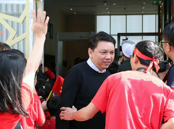 Tổng thư ký Lê Hoài Anh bay từ Việt Nam sang UAE trước khi hội quân cùng đội tuyển Việt Nam tại sân bay Abu Dhabi.