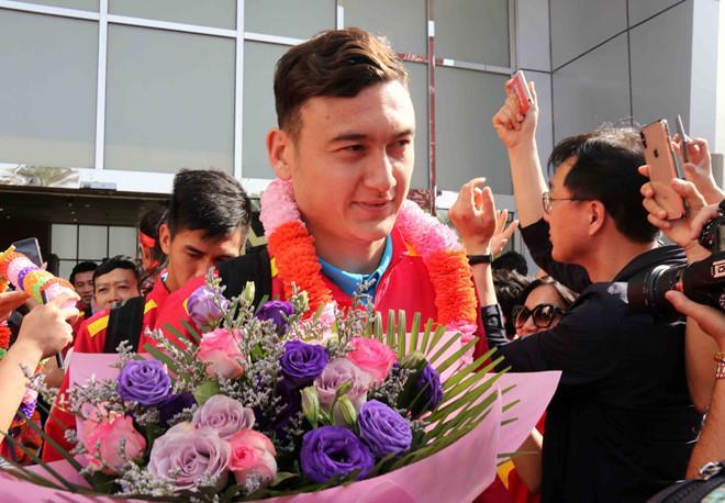Thủ môn Đặng Văn Lâm nhận bó hoa từ tay CĐV Việt Nam. Tuyển thủ mang hai dòng máu Việt - Nga đang có tin đồn chuyển đến Thái Lan thi đấu trong màu áo của CLB Muangthong United từ mùa giải 2019.