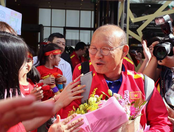 HLV Park Hang-seo có một ngày đặc biệt khi đúng hôm nay 4/1 lại là sinh nhật của ông. Hơn 30 CĐV Việt Nam đón đội tuyển ở sân bay đã hát vang bài hát chúc mừng sinh nhật thứ 60 của nhà cầm quân người Hàn Quốc.
