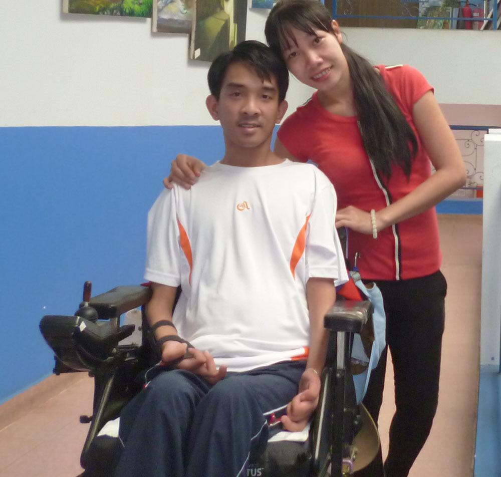 Hiện anh đang tập vật lý trị liệu để vừa duy trì sức khỏe và giúp các ngón tay, chân vận động đễ hơn.