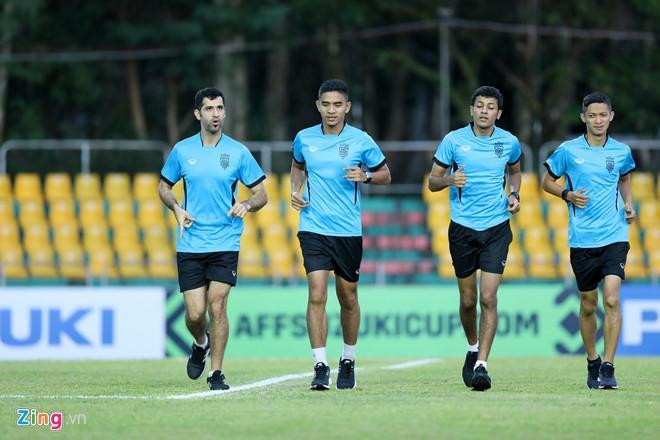 Ông Abdulrahman Al-Jassim (ngoài cùng bên trái) từng bắt chính trận Philippines - Việt Nam tại bán kết lượt đi AFF Cup 2018. Ảnh: Minh Chiến.