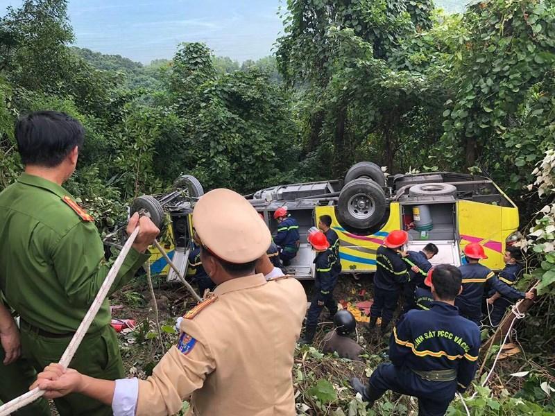 Lực lượng cứu hộ đang đưa nạn nhân ra khỏi xe