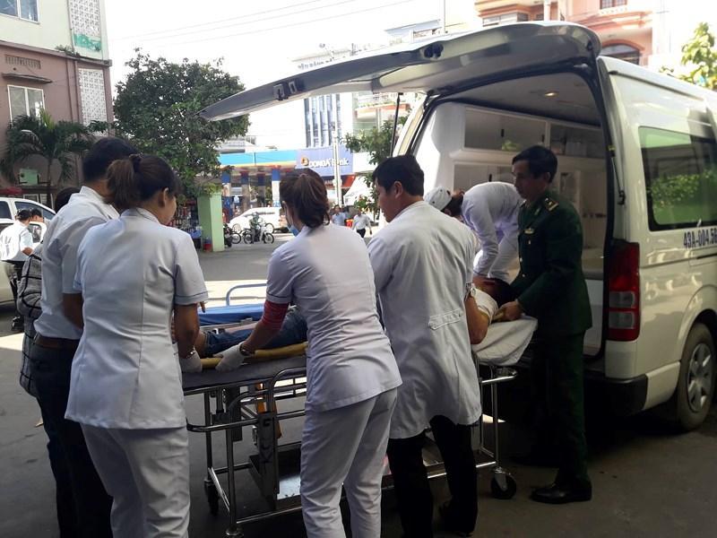 Các bác sĩ BV Đa khoa Đà Nẵng đang cấp cứu các sinh viên bị nạn