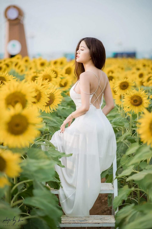 Cô nàng thả dáng giữa vườn hoa hướng dương đẹp như tranh vẽ.