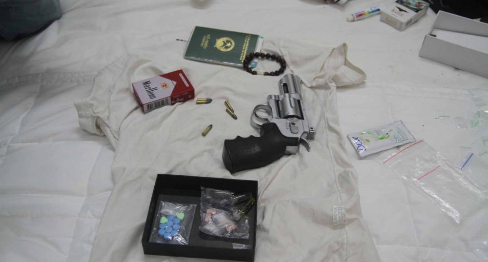 Cơ quan Công an phát hiện 1 khẩu súng giấu trong chiếc túi xách tại 1 căn phòng của nhà nghỉ. Ảnh: Văn Ngọc
