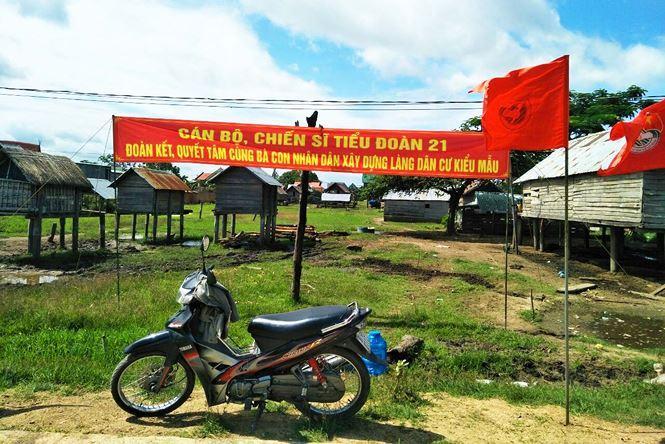 Bộ đội về làng giúp dân