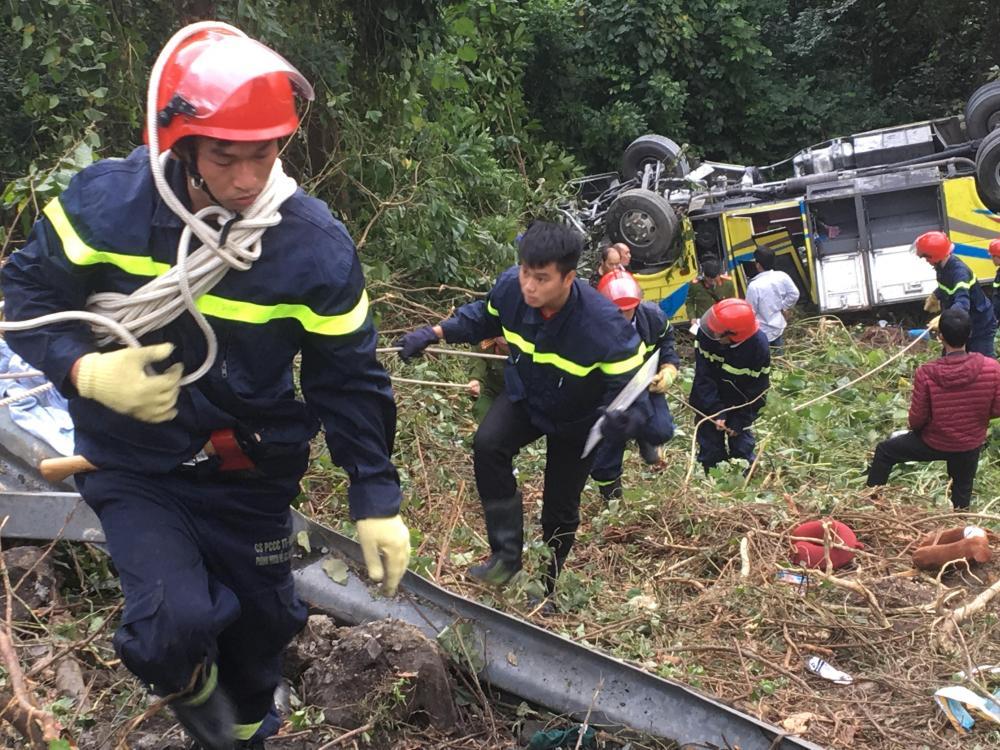 Các lực lượng chức năng đang cố gắng cứu hộ nạn nhân và phương tiện.