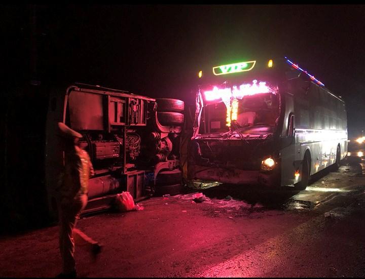 Hai xe khách bị nạn lúc rạng sáng. Ảnh: CTV