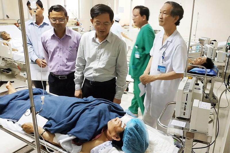 Ông Hồ Quốc Dũng, Chủ tịch UBND tỉnh Bình Định (thứ ba từ trái sang) thăm hỏi các nạn nhân đang cấp cứu tại BV Đa khoa Bình Định. Ảnh: TĐ