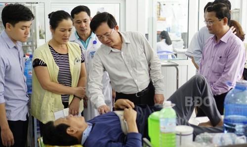 Chủ tịch UBND tỉnh Bình Định thăm hỏi, động viên các nạn nhân vụ tai nạn giao thông - Ảnh: Báo Bình Định