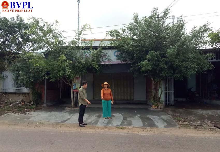 Nhóm thanh niên đi đòi nợ đến đánh chị Hương ngay trước nhà.