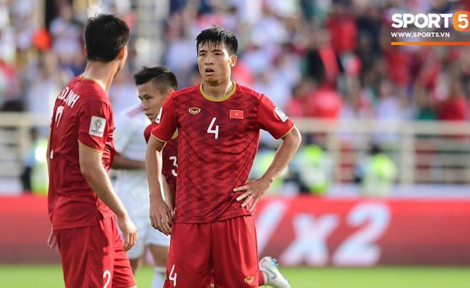 Hàng thủ của tuyển Việt Nam phải nhận 2 bàn thua ở trận gặp Iran. Ảnh: Hiếu Lương.