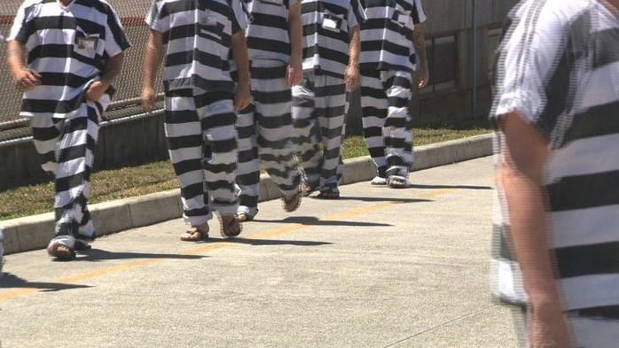 Một số nơi trên thế giới sử dụng sọc đen trắng kẻ ngang cho quần áo tù nhân.