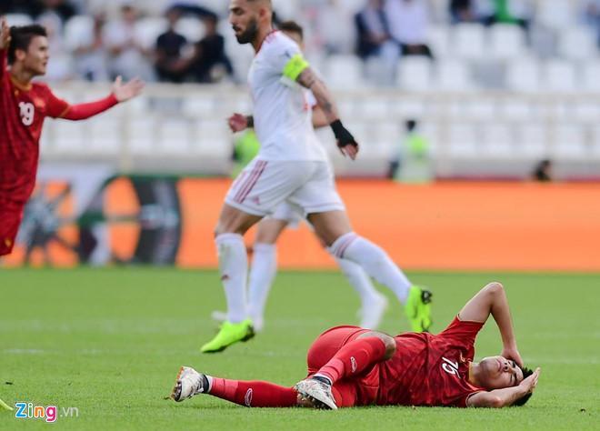 Đức Huy chấn thương sau pha va chạm với cầu thủ Iran. Ảnh: Nhân Văn.