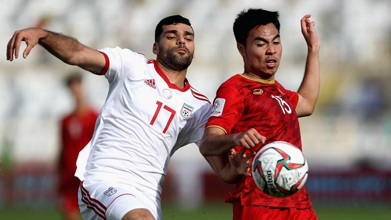 Đức Huy trong một pha tranh chấp với Mehdi Taremi