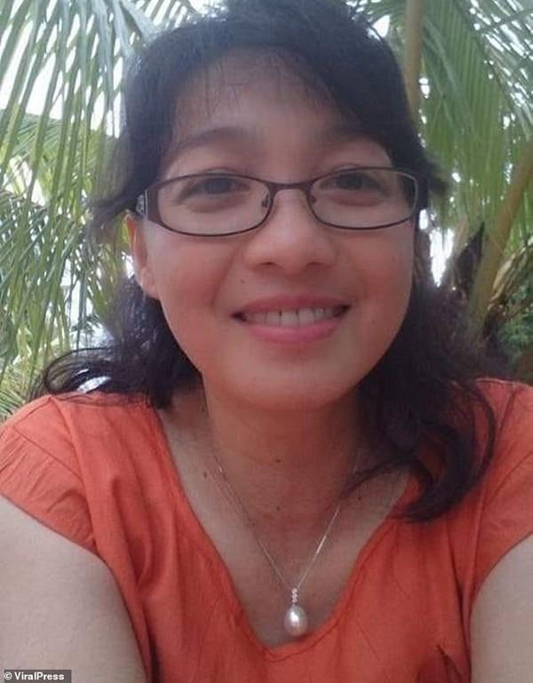 Cô Deasy Tuwo (44 tuổi), được cho là bị một con cá sấu kéo xuống ăn thịt khi đang cho nó ăn.