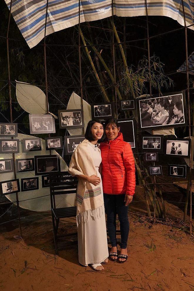 Phạm Thị Huế hạnh phúc bên mẹ