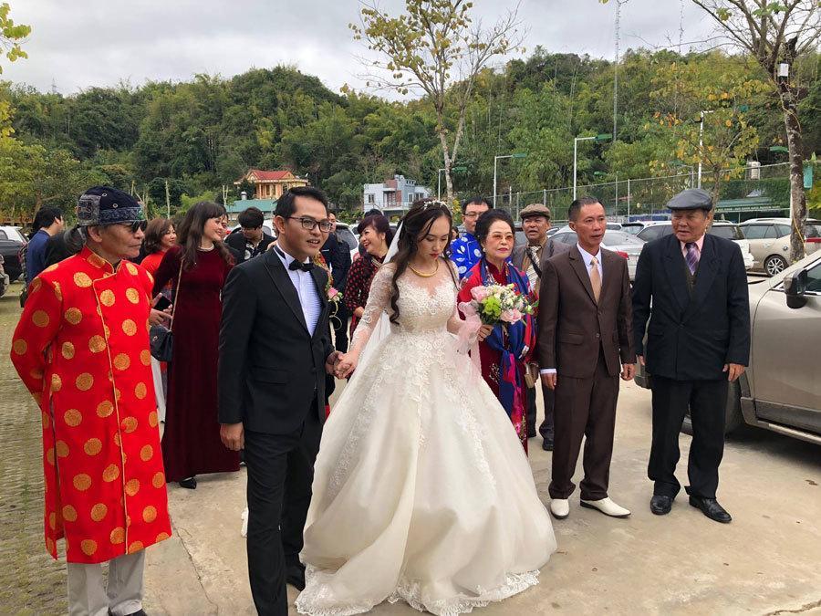 Chào bố mẹ về nhà chồng, cô dâu không tránh khỏi nghẹn ngào rơi nước mắt.