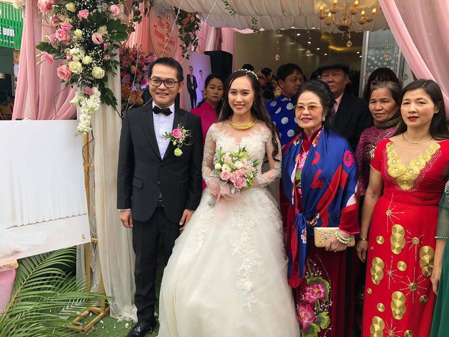 Cô dâu chú rẻ chụp ảnh lưu niệm với gia đình nội ngoại 2 bên.