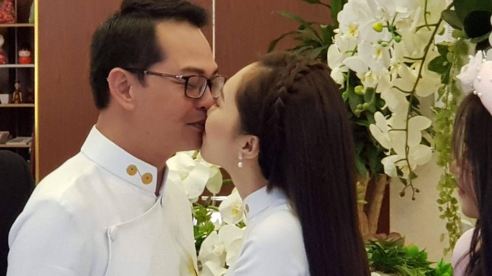 Cô dâu kém 19 tuổi của NSND Trung Hiếu liên tục hôn vị hôn phu của mình trong ngày sự chứng kiến của 2 bên họ hàng nội ngoại.