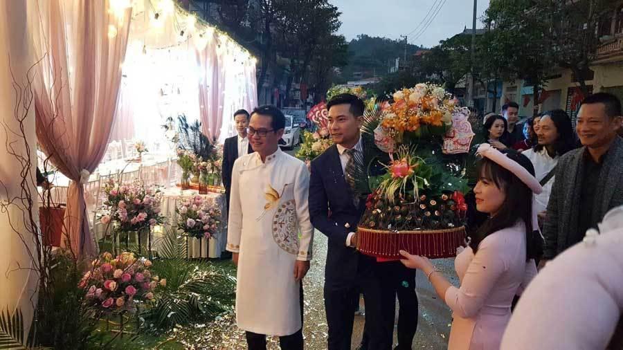 Sáng 18/1 tại Sơn La, NSND Trung Hiếu chính thức đón cô dâu kém 19 tuổi về chung một nhà.