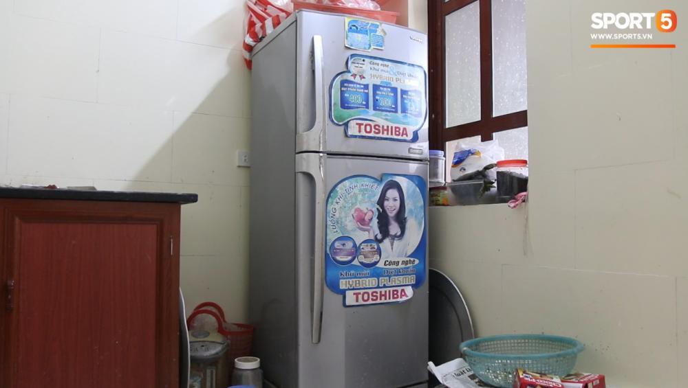 Chiếc tủ lạnh trị giá 6 triệu này là món quà đầu tiên Văn Hậu tặng bố mẹ. Cho đến nay, nhà Hậu vẫn chưa