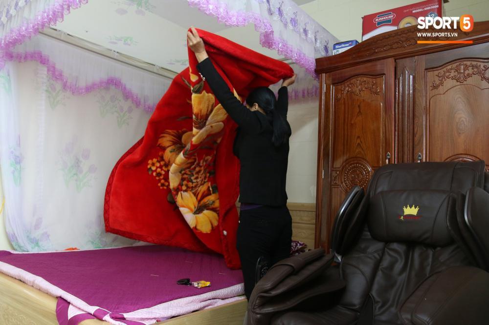 Căn phòng nhỏ nơi anh em Văn Hậu ngủ vẫn thường xuyên được bà Nụ dọn dẹp cẩn thận. Phòng còn có hẳn 1 chiếc ghế mát-xa. Được biết, số 5 của ĐT Việt Nam còn có một người anh ruột hiện làm phụ xe ở Hải Phòng.