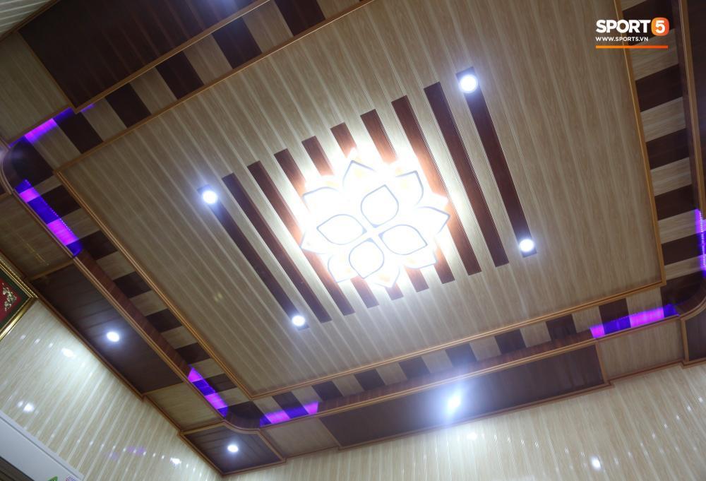 Trần nhà được lắp đèn trông hiện đại hơn nhiều. Hoa văn tinh tế tạo nên điểm nhấn cho căn phòng ngay từ khi bước vào.