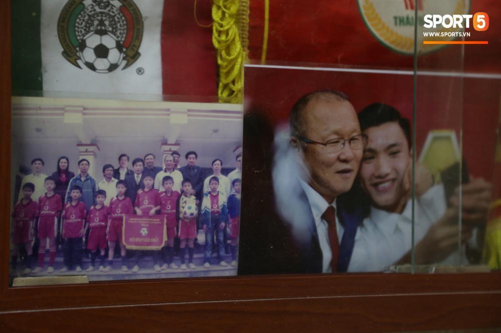Tấm hình kỷ niệm Văn Hậu đá giải U11 tại Thái Nguyên được xếp ngay cạnh bức ảnh anh chụp cùng ông Park. Ở giải đấu U11 năm đó, Văn Hậu cũng lần đầu tiên cầm những đồng lương tự kiếm được đem về biếu bố mẹ.