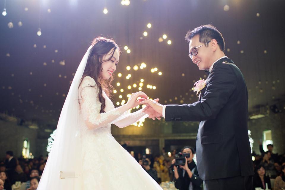 Giây phút cô dâu trao nhẫn cho chú rể. Bạn bè cho biết dù hơn vợ 19 tuổi, Trung Hiếu và cô rất đồng điệu về quan điểm sống.