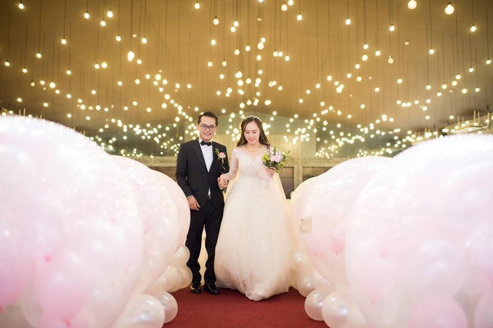 Không gian tiệc cưới lãng mạn với hàng trăm quả bóng bay màu hồng.