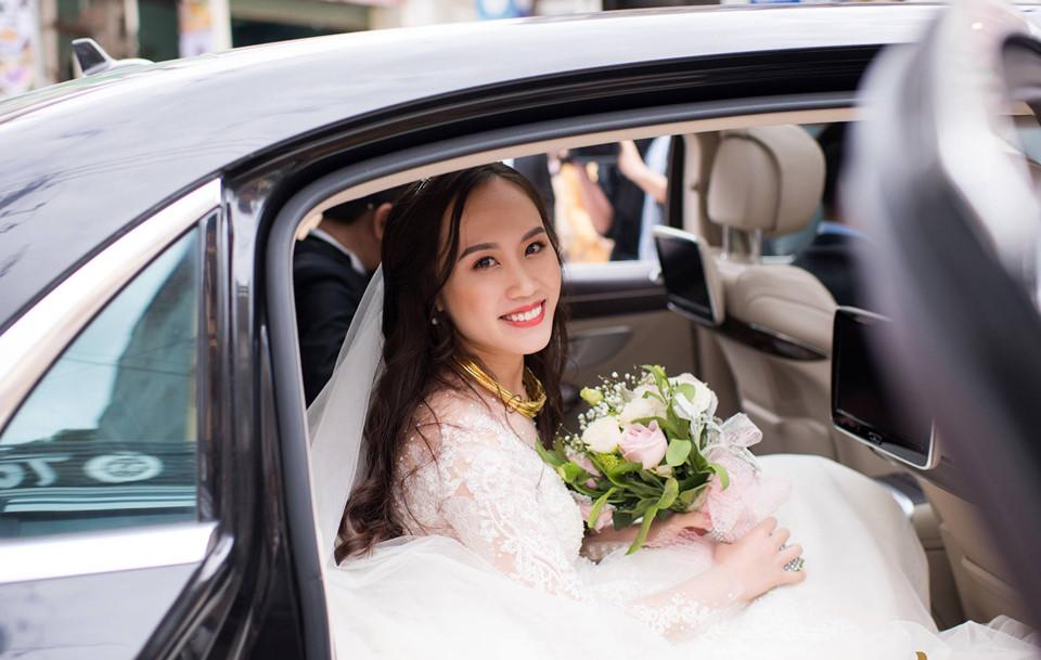 Giây phút cô dâu và chú rể rạng rỡ trên xe hoa tới khách sạn tổ chức tiệc cưới.